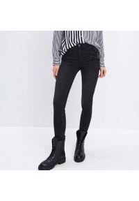 Mohito - Jeansy skinny - Czarny. Kolor: czarny. Materiał: jeans