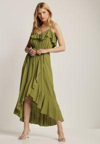 Renee - Zielona Sukienka Chelgana. Okazja: na plażę. Typ kołnierza: dekolt hiszpanka. Kolor: zielony. Materiał: wiskoza, materiał. Długość rękawa: na ramiączkach. Sezon: lato. Typ sukienki: asymetryczne. Długość: midi