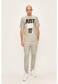 Szary t-shirt Nike Sportswear casualowy, z nadrukiem