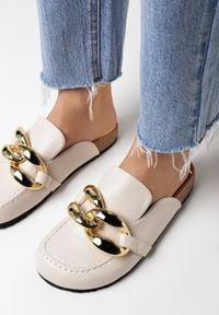 Born2be - Beżowe Klapki Kallireanes. Nosek buta: okrągły. Kolor: beżowy. Wzór: gładki, aplikacja