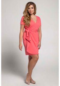 Nommo - Malinowa Kobieca Sukienka Kopertowa PLUS SIZE. Kolekcja: plus size. Kolor: różowy. Materiał: poliester, wiskoza. Typ sukienki: kopertowe, dla puszystych