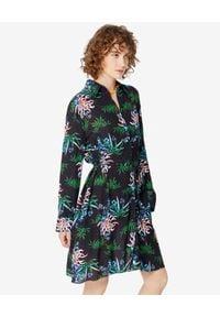 Kenzo - KENZO - Sukienka w lilie wodne. Typ kołnierza: kołnierzyk klasyczny. Kolor: czarny. Materiał: wiskoza, materiał. Wzór: aplikacja. Sezon: lato, wiosna. Typ sukienki: koszulowe, rozkloszowane. Styl: klasyczny. Długość: mini