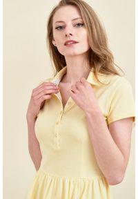 Marie Zélie - Sukienka Polo marszczona jasnożółta krótki rękaw. Okazja: do pracy, na co dzień. Typ kołnierza: polo. Kolor: żółty. Materiał: bawełna, dzianina, materiał. Długość rękawa: krótki rękaw. Typ sukienki: proste, sportowe. Styl: wakacyjny, sportowy, klasyczny, casual