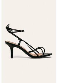 Czarne sandały ANSWEAR na średnim obcasie, na obcasie, na sznurówki