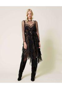 TwinSet - TWINSET - Czarna sukienka z falbankami. Typ kołnierza: kołnierz z falbankami. Kolor: czarny. Materiał: koronka. Typ sukienki: asymetryczne, plisowane. Długość: midi