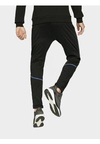Czarne spodnie sportowe 4f z nadrukiem, na fitness i siłownię
