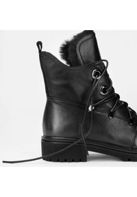 Wittchen - Damskie trapery skórzane z ekofuterkiem. Nosek buta: okrągły. Zapięcie: sznurówki. Kolor: czarny. Materiał: materiał, tworzywo sztuczne, futro, syntetyk, welur. Sezon: jesień, zima. Styl: elegancki