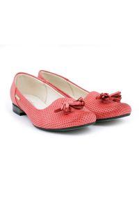 Zapato - balerinki ażurowe - skóra naturalna - model 010 - kolor czerwony. Okazja: do pracy. Nosek buta: okrągły. Kolor: czerwony. Materiał: skóra. Wzór: ażurowy. Obcas: na obcasie. Styl: elegancki, klasyczny. Wysokość obcasa: niski