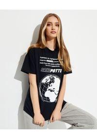 SAKS POTTS - Czarny t-shirt z nadrukami. Kolor: czarny. Materiał: jeans, bawełna. Wzór: nadruk. Styl: sportowy