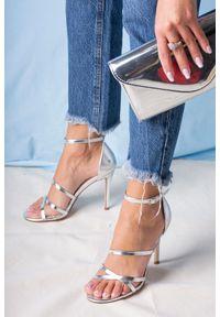 Casu - Srebrne sandały szpilki błyszczące z paskiem wokół kostki casu d20x13/s. Zapięcie: pasek. Kolor: srebrny. Obcas: na szpilce