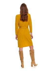 TOP SECRET - Wygodna sukienka z wiązaniem w talii. Okazja: na co dzień. Kolor: żółty. Długość rękawa: długi rękaw. Sezon: jesień. Typ sukienki: proste. Styl: casual