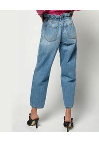 Pinko - PINKO - Jeansy mom-fit z elastyczną talią. Okazja: na co dzień. Kolor: niebieski. Wzór: aplikacja. Styl: casual #3