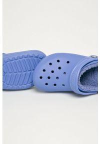 Niebieskie klapki Crocs bez obcasa, z okrągłym noskiem