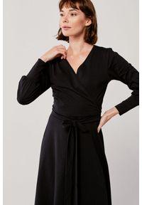 Czarna sukienka Marie Zélie kopertowa, w paski, z długim rękawem, z kopertowym dekoltem