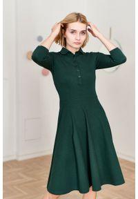 Marie Zélie - Sukienka Polo butelkowa zieleń trapezowa – rękaw 3/4. Okazja: na co dzień, do pracy. Typ kołnierza: polo. Materiał: dzianina, materiał, bawełna. Długość rękawa: krótki rękaw. Typ sukienki: trapezowe. Styl: sportowy, klasyczny, wakacyjny, casual