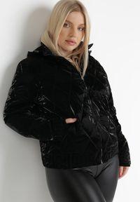 Born2be - Czarna Kurtka Voloe. Typ kołnierza: kołnierzyk stójkowy. Kolor: czarny. Materiał: tkanina, lakier. Długość rękawa: długi rękaw. Długość: długie. Wzór: aplikacja