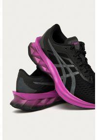Asics - Buty Novablast. Nosek buta: okrągły. Zapięcie: sznurówki. Kolor: czarny. Materiał: guma. Obcas: na platformie