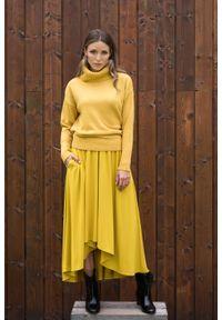 Żółty sweter VEVA z golfem, w kolorowe wzory