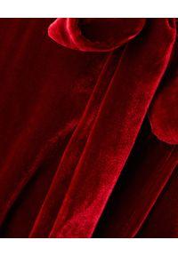 RAQUEL DINIZ - Czerwona jedwabna sukienka. Kolor: czerwony. Materiał: jedwab. Długość rękawa: długi rękaw. Typ sukienki: kopertowe, rozkloszowane. Styl: elegancki. Długość: maxi
