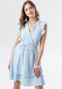 Born2be - Jasnoniebieska Sukienka Ermenegilda. Okazja: na wesele, na ślub cywilny. Typ kołnierza: kokarda, kołnierz z falbankami, dekolt kopertowy. Kolor: niebieski. Materiał: materiał. Typ sukienki: kopertowe. Długość: mini