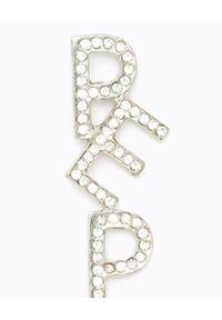 Patrizia Pepe - PATRIZIA PEPE - Wiszące asymetryczne kolczyki z logo z kryształów. Materiał: srebrne. Kolor: srebrny. Wzór: aplikacja. Kamień szlachetny: kryształ #2