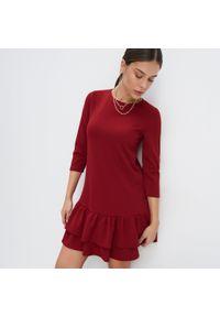 Mohito - Dzianinowa sukienka z falbaną - Czerwony. Kolor: czerwony. Materiał: dzianina