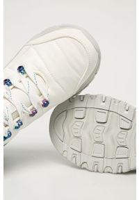Białe buty trekkingowe skechers z okrągłym noskiem, z cholewką, na sznurówki