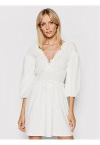 NA-KD Sukienka codzienna Smocked 1018-006781-0001-580 Biały Regular Fit. Okazja: na co dzień. Kolor: biały. Typ sukienki: proste. Styl: casual