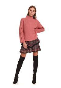 TOP SECRET - Pudełkowy damski sweter z golfem. Typ kołnierza: golf. Kolor: różowy. Materiał: materiał, prążkowany. Długość: długie. Sezon: zima
