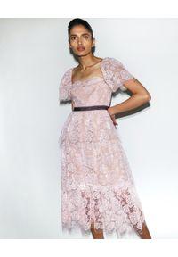 Sukienka w koronkowe wzory, klasyczna, dopasowana
