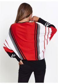 Sweter bonprix truskawkowo-czarno-biały w paski. Typ kołnierza: dekolt w serek. Kolor: czerwony. Wzór: paski. Styl: elegancki