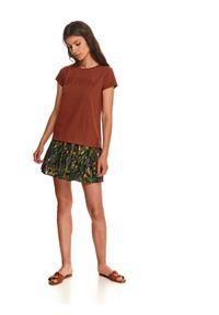TOP SECRET - Luźny t-shirt z podwiniętym rękawem. Kolor: brązowy. Materiał: bawełna, tkanina. Długość rękawa: krótki rękaw. Długość: krótkie. Wzór: napisy, nadruk. Sezon: jesień