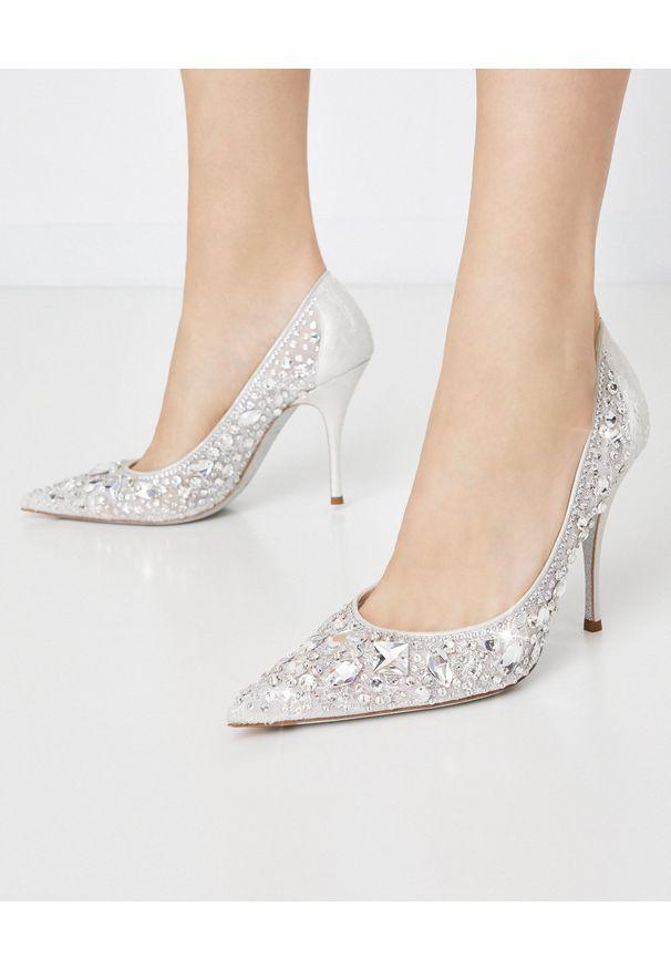 RENE CAOVILLA - Szpilki z kryształami Swarovskiego Crystal. Okazja: na ślub cywilny, na wesele, na imprezę. Kolor: biały. Materiał: koronka. Wzór: koronka. Obcas: na szpilce. Styl: klasyczny