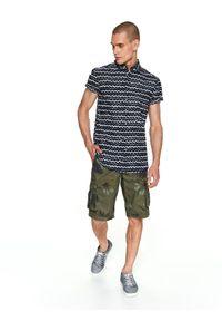 TOP SECRET - Koszula z nadrukiem taliowana. Okazja: na co dzień. Materiał: bawełna, tkanina. Długość rękawa: krótki rękaw. Długość: krótkie. Wzór: nadruk. Sezon: jesień, zima. Styl: elegancki, casual