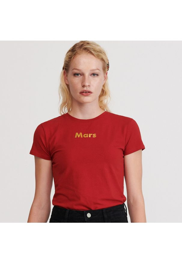 Czerwony t-shirt Reserved z napisami