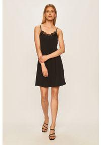Czarna sukienka Vero Moda rozkloszowana, na ramiączkach, mini, na co dzień