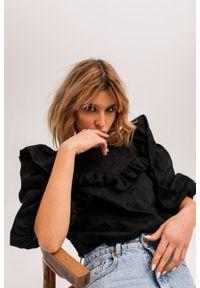 Marsala - Bluzka z falbankami ze strukturalnego materiału CZARNA - ALICANTE BY MARSALA. Okazja: na randkę, na spotkanie biznesowe. Typ kołnierza: kołnierz z falbankami. Kolor: czarny. Materiał: materiał. Styl: biznesowy