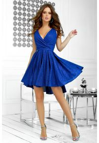 e-margeritka - Sukienka brokatowa wieczorowa chabrowa - 38. Typ kołnierza: dekolt kopertowy. Kolor: niebieski. Materiał: tkanina. Długość rękawa: na ramiączkach. Typ sukienki: rozkloszowane, kopertowe, asymetryczne, dopasowane. Styl: wizytowy