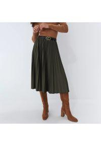 Mohito - Plisowana spódnica midi z paskiem - Khaki. Kolor: brązowy