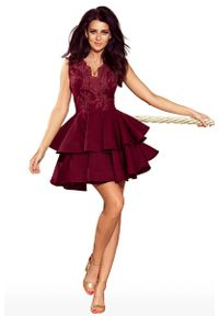 Czerwona sukienka wieczorowa Numoco na imprezę, w koronkowe wzory