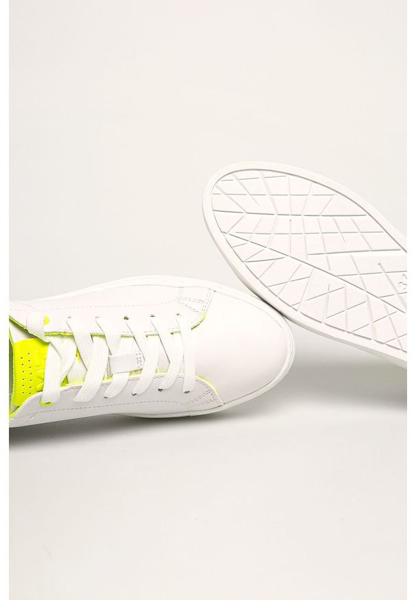 Białe buty sportowe Marco Tozzi z cholewką, z okrągłym noskiem