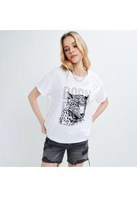 Mohito - Koszulka z welurowym nadrukiem - Biały. Kolor: biały. Materiał: welur. Wzór: nadruk