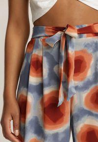 Renee - Niebieskie Spodnie Laomethylia. Stan: podwyższony. Kolor: niebieski. Długość: długie. Wzór: kolorowy. Sezon: lato