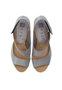 Szare sandały Nessi na średnim obcasie, na obcasie