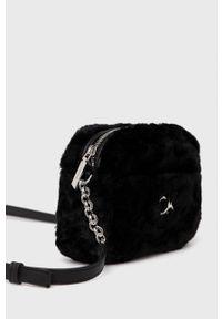 Calvin Klein - Torebka. Kolor: czarny. Wzór: aplikacja. Dodatki: z aplikacjami. Rodzaj torebki: na ramię