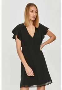 Guess - Sukienka. Kolor: czarny. Długość rękawa: krótki rękaw. Typ sukienki: rozkloszowane