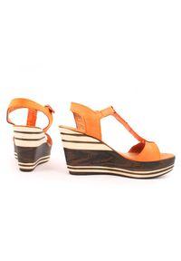Zapato - sandałki na koturnie - skóra naturalna - model 355 - kolor dyniowy. Okazja: na co dzień. Materiał: skóra. Wzór: nadruk, kolorowy. Sezon: lato. Obcas: na koturnie. Styl: klasyczny, boho, casual