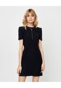 Alexander McQueen - ALEXANDER MCQUEEN - Czarna sukienka z jedwabiu. Kolor: czarny. Materiał: jedwab. Typ sukienki: dopasowane. Styl: elegancki
