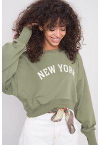 e-margeritka - Bluza damska bawełniana krótka khaki - 38. Okazja: na co dzień. Kolor: brązowy. Materiał: bawełna. Długość: krótkie. Wzór: napisy, aplikacja. Styl: casual
