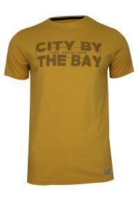 Żółty T-shirt Męski, Krótki Rękaw -Just Yuppi- Koszulka, z Nadrukiem, Napisy, Musztardowa. Okazja: na co dzień. Kolor: złoty, żółty, wielokolorowy. Materiał: bawełna. Długość rękawa: krótki rękaw. Długość: krótkie. Wzór: nadruk. Styl: casual